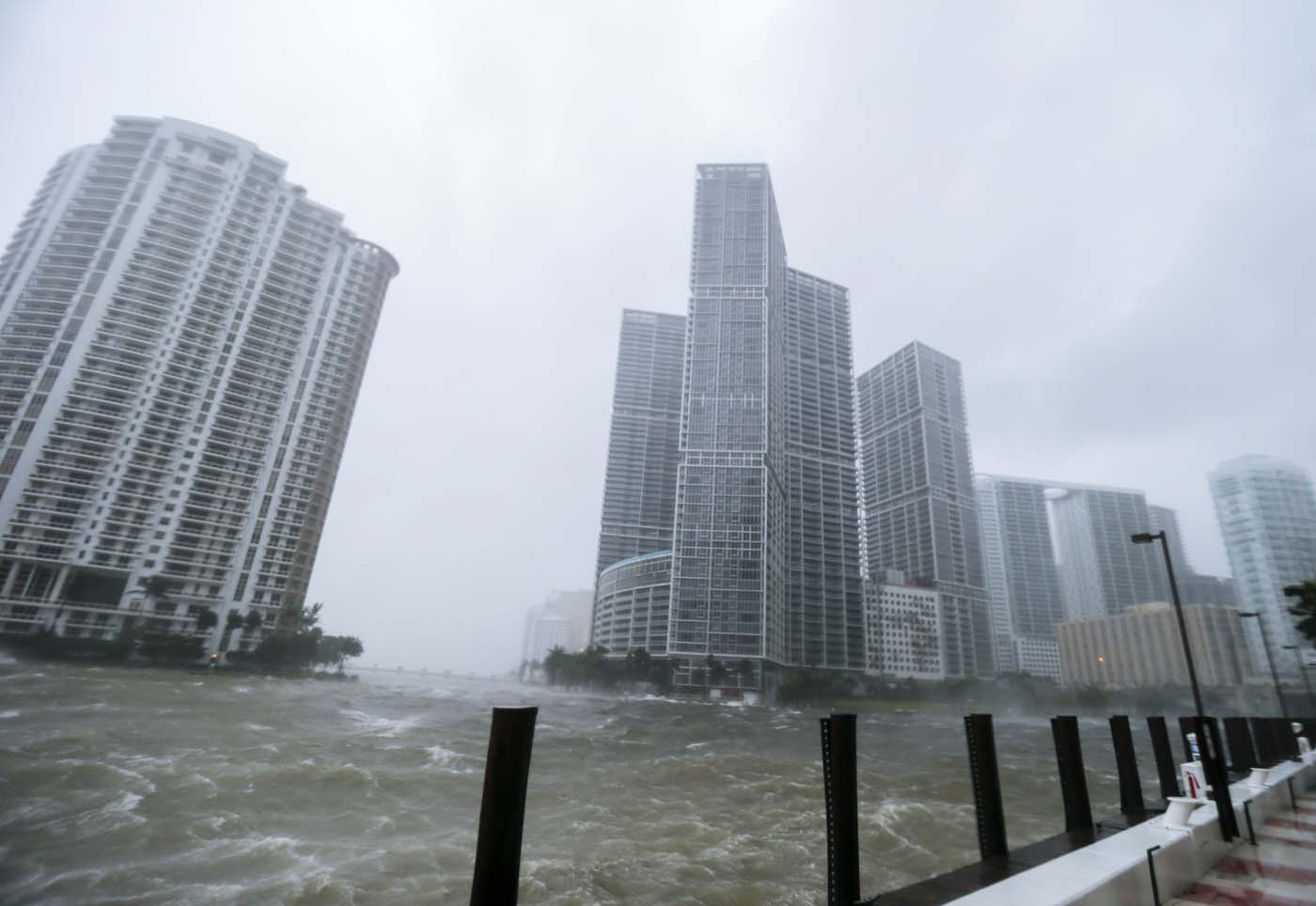 ELX01. Miami (United States), 10/09/2017.- The rough waters where the Miami River meets Biscayne Bay shows the full effects of Hurricane Irma strike in Miami, Florida, USA, 10 September 2017. Many areas are under mandatory evacuation orders as Irma approaches Florida. The National Hurricane Center has rated Irma as a Category 4 storm as the eye crosses the lower Florida Keys. (Estados Unidos) EFE/EPA/ERIK S. LESSER