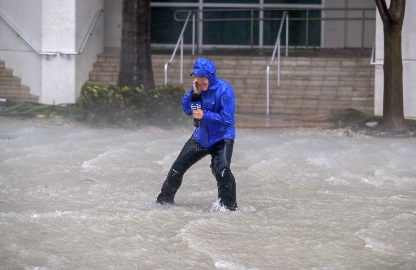 ELX01. Miami (United States), 10/09/2017.- Meteorologist Mike Seidel of the The Weather Channel fights fierce winds and flooded streets while reporting on the full effects of Hurricane Irma's strike in Miami, Florida, USA, 10 September 2017. Many areas are under mandatory evacuation orders as Irma approaches Florida. The National Hurricane Center has rated Irma as a Category 4 storm as the eye crosses the lower Florida Keys. (Estados Unidos) EFE/EPA/ERIK S. LESSER