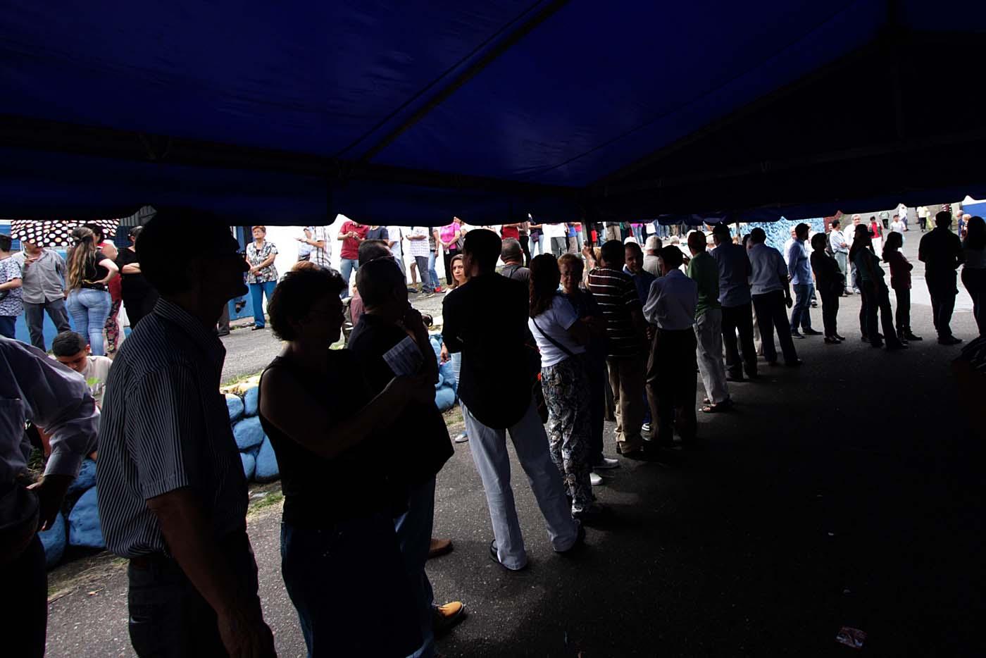"""CAR21. SAN CRISTÓBAL (VENEZUELA), 10/09/2017.- Un grupo de personas espera para participar en la votación de las primarias de la alianza Mesa de la Unidad Democrática (MUD) hoy, domingo 10 de septiembre del 2017, en San Cristóbal (Venezuela). El diputado opositor venezolano Henry Ramos Allup aseguró hoy que la participación de los ciudadanos en las primarias de la alianza Mesa de la Unidad Democrática (MUD) para elegir candidatos unitarios para las elecciones de gobernadores se está produciendo """"por encima de lo estimado"""". EFE/Gustavo Delgado"""