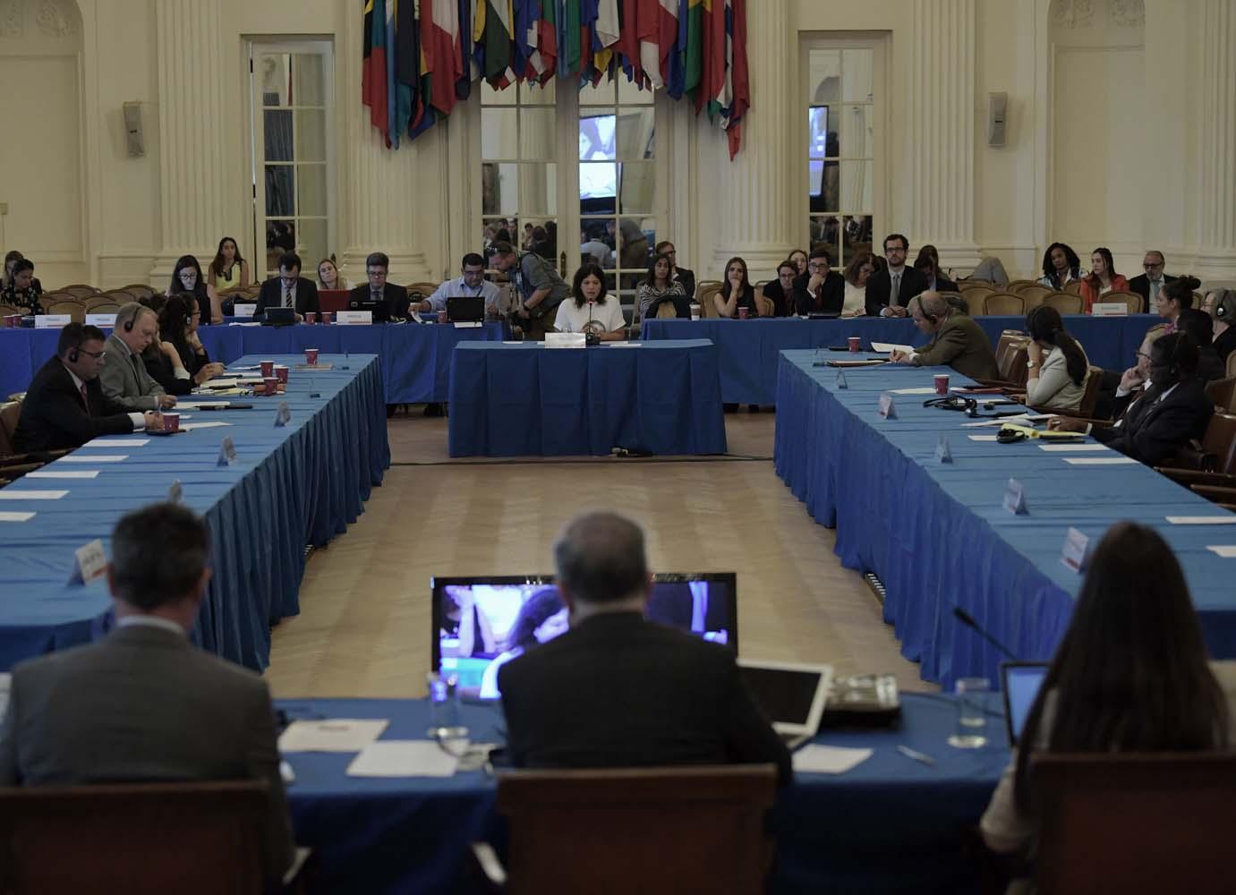 WAS10. WASHINGTON (DC, EEUU), 14/09/2017.- Johanna Aguirre (c-fondo), activista de Derechos Humanos y viuda del activista José Alejandro Márquez Fagundez, habla durante una audiencia pública hoy, jueves 14 de septiembre 2017, en la sede de la Organización de los Estados Americanos (OEA) en Washington, DC (EE.UU.). La OEA inició hoy las audiencias públicas en las que se determinará si hay fundamento para denunciar al Gobierno de Venezuela por crímenes de lesa humanidad ante la Corte Penal Internacional (CPI). EFE/Lenin Nolly