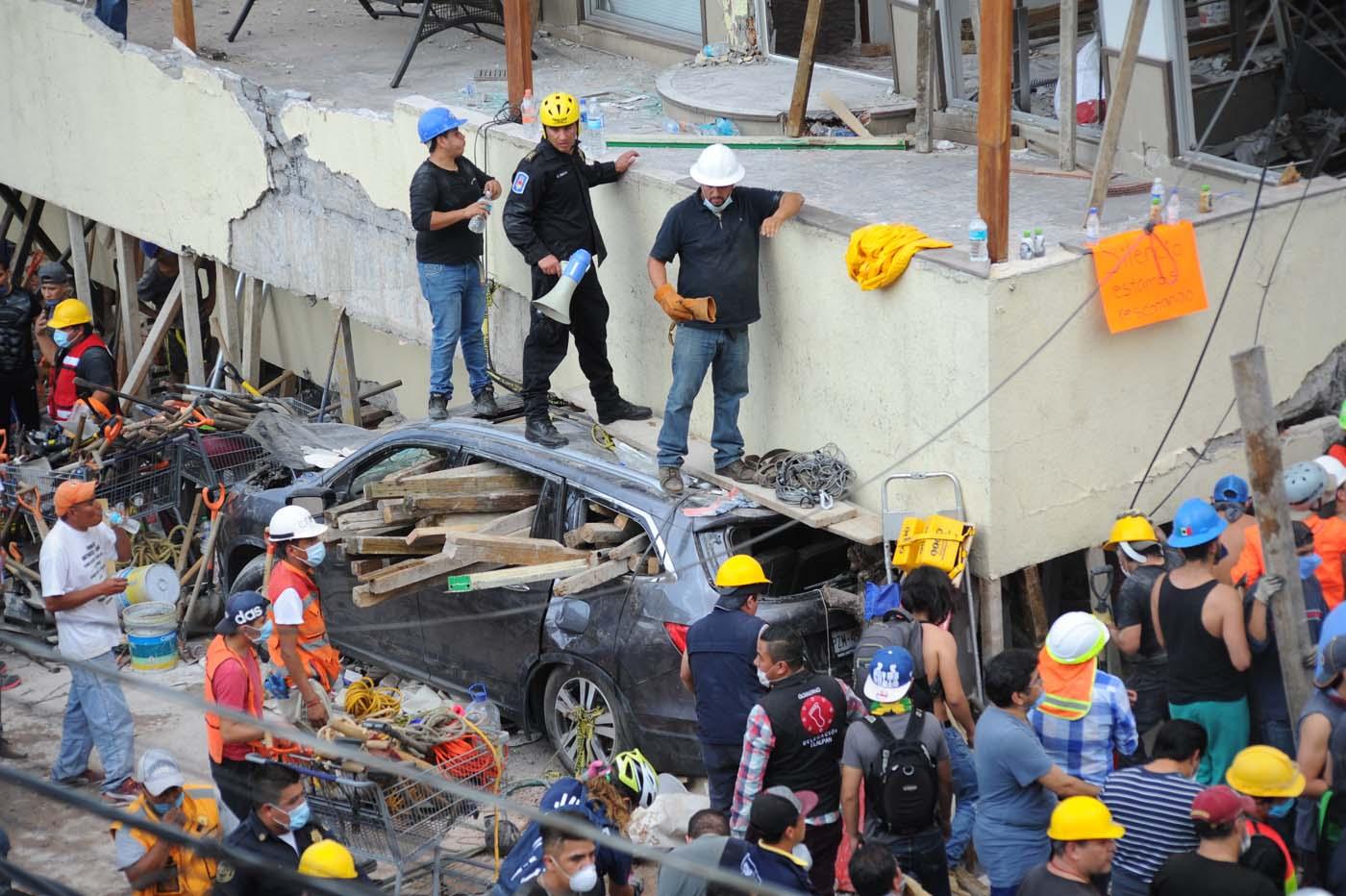 MEX142 CIUDAD DE MÉXICO (MÉXICO), 19/09/2017.- Rescatistas y voluntarios trabajan en las tareas de rescate en el Colegio Enrique Rebsamen hoy, martes 19 de septiembre de 2017, en Ciudad de México (México). Por lo menos 20 niños y dos adultos murieron, y otras 38 personas están desaparecidas, en una escuela que se derrumbó en el sur de Ciudad de México a causa del sismo que hoy sacudió amplias porciones del país, informó el presidente Enrique Peña Nieto. EFE/STR