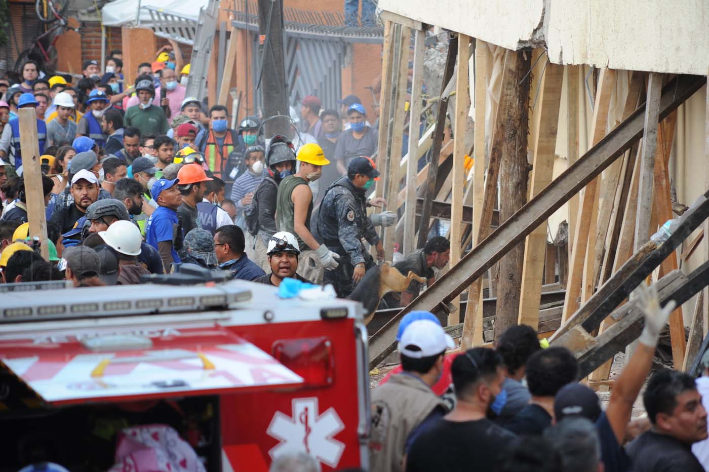 MEX143 CIUDAD DE MÉXICO (MÉXICO), 19/09/2017.- Rescatistas y voluntarios trabajan en las tareas de rescate en el Colegio Enrique Rebsamen hoy, martes 19 de septiembre de 2017, en Ciudad de México (México). Por lo menos 20 niños y dos adultos murieron, y otras 38 personas están desaparecidas, en una escuela que se derrumbó en el sur de Ciudad de México a causa del sismo que hoy sacudió amplias porciones del país, informó el presidente Enrique Peña Nieto. EFE/STR