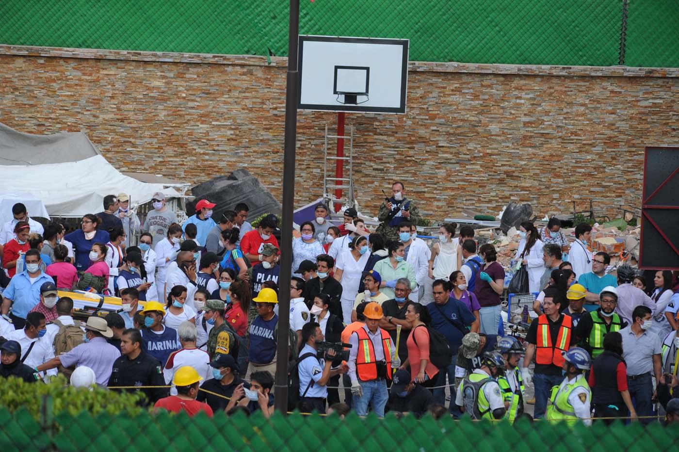 MEX145 CIUDAD DE MÉXICO (MÉXICO), 19/09/2017.- Rescatistas y voluntarios trabajan en las tareas de rescate en el Colegio Enrique Rebsamen hoy, martes 19 de septiembre de 2017, en Ciudad de México (México). Por lo menos 20 niños y dos adultos murieron, y otras 38 personas están desaparecidas, en una escuela que se derrumbó en el sur de Ciudad de México a causa del sismo que hoy sacudió amplias porciones del país, informó el presidente Enrique Peña Nieto. EFE/STR