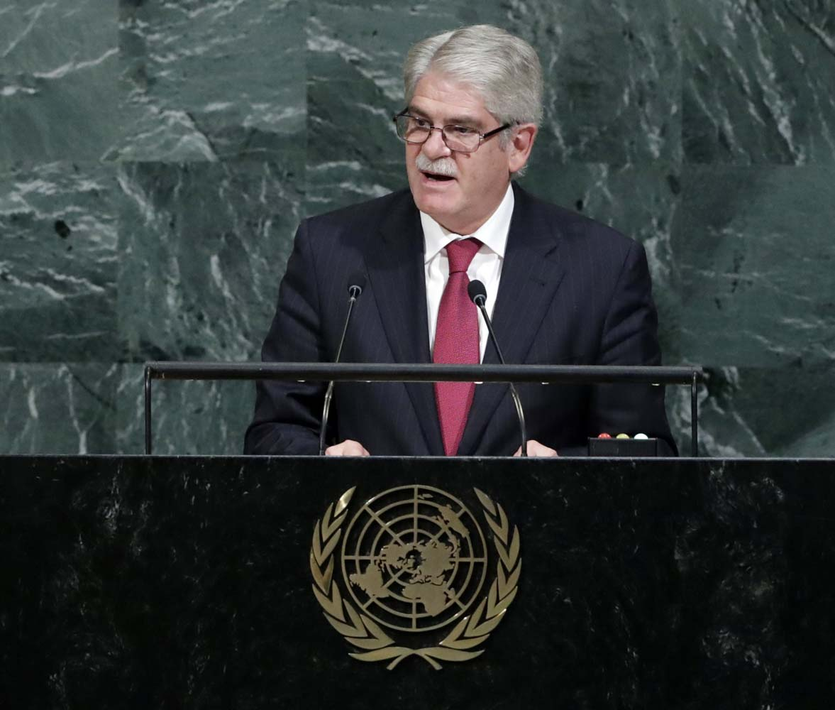 JSX27. NUEVA YORK (NY, EE.UU.), 21/09/2017. El ministro español de Asuntos Exteriores, Alfonso Dastis (c), habla durante el debate de alto nivel de la 72 Asamblea General de Naciones Unidas hoy, jueves 21 de septiembre de 2017, en la sede de la ONU, en Nueva York, Nueva York (EE.UU.). La reunión anual de líderes mundiales abrió oficialmente el pasado 19 de septiembre con el tema 'Centrarse en la gente: Luchar por la paz y una vida decente para todos en un planeta sostenible'. EFE/Jason Szenes