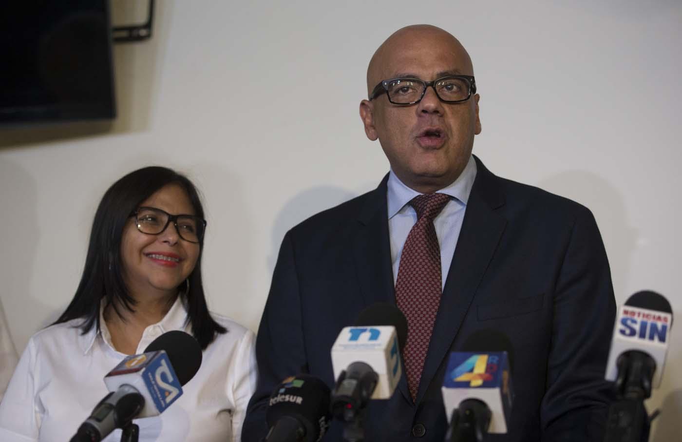"""STO44. SANTO DOMINGO (REPÚBLICA DOMINICANA), 27/09/2017.- La presidenta de la Asamblea Nacional Constituyente (ANC) de Venezuela, Delcy Rodríguez (i), y Jorge Rodríguez, miembro de la delegación gubernamental venezolana ofrecen una conferencia de prensa hoy, miércoles 27 de septiembre de 2017, en Santo Domingo (República Dominicana), donde se refieren al proceso de diálogo con la oposición, el cual se inició hace casi dos semanas y debió continuar hoy. El canciller dominicano, Miguel Vargas, dijo hoy que es """"muy seguro"""" de que esta misma semana el Gobierno venezolano y la oposición volverán a reunirse en Santo Domingo, para continuar con su búsqueda de alcanzar una salida """"estable, democrática y pacífica"""" a la crisis en ese país. EFE/Orlando Barría"""