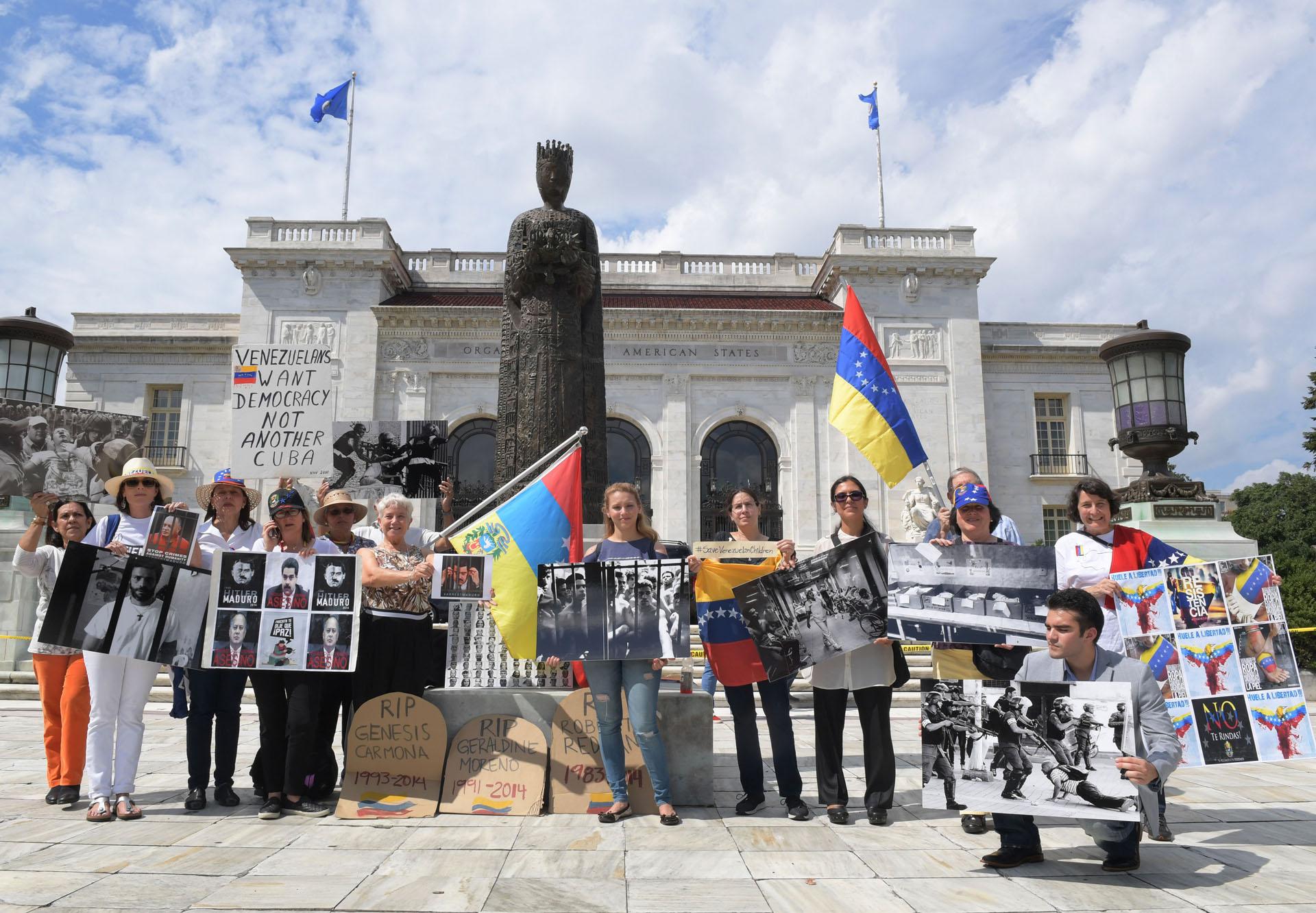 WAS14. WASHINGTON (DC, EEUU), 14/09/2017.- Activistas y ciudadanos venezolanos se manifiestan hoy, jueves 14 de septiembre 2017, frente a la sede de la Organización de los Estados Americanos (OEA) en Washington, DC (EE.UU.). La OEA inició hoy las audiencias públicas en las que se determinará si hay fundamento para denunciar al Gobierno de Venezuela por crímenes de lesa humanidad ante la Corte Penal Internacional (CPI). EFE/Lenin Nolly