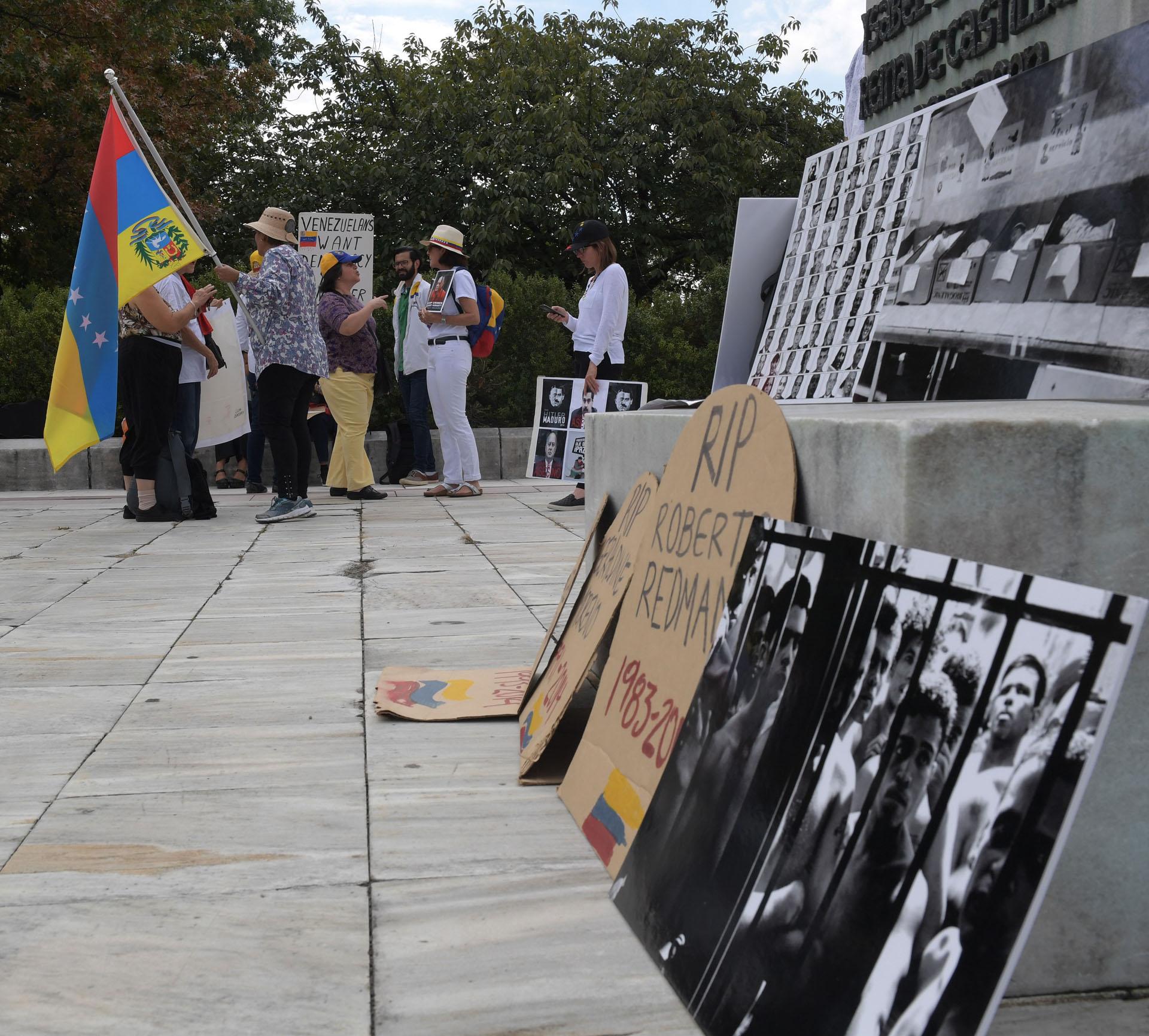 WAS13. WASHINGTON (DC, EEUU), 14/09/2017.- Activistas y ciudadanos venezolanos se manifiestan hoy, jueves 14 de septiembre 2017, frente a la sede de la Organización de los Estados Americanos (OEA) en Washington, DC (EE.UU.). La OEA inició hoy las audiencias públicas en las que se determinará si hay fundamento para denunciar al Gobierno de Venezuela por crímenes de lesa humanidad ante la Corte Penal Internacional (CPI). EFE/Lenin Nolly