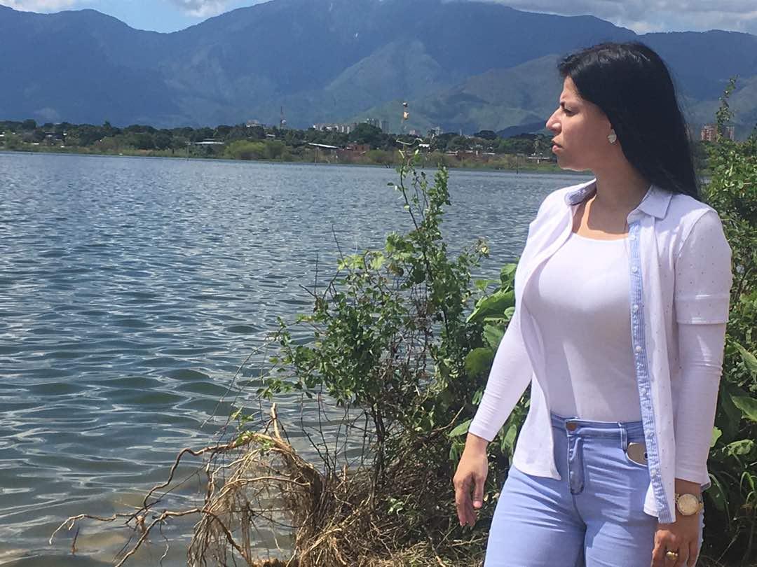 Aurimare Rodríguez inspeccionando los alrededores del Lago de Valencia / Foto: Mildred Manrique, 800Noticias