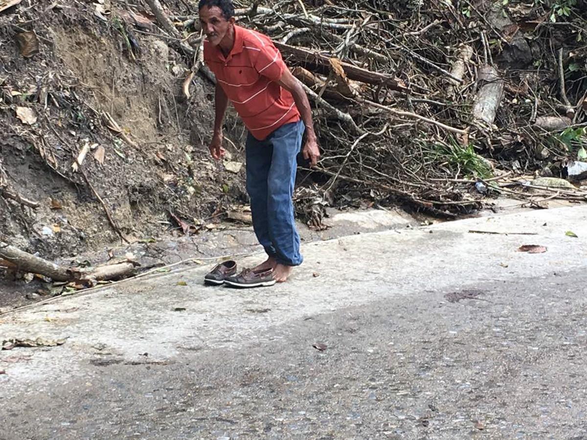 Un señor atravezando el río Las Mercedes, sector Romerito  / Foto:  Vanessa Rodríguez