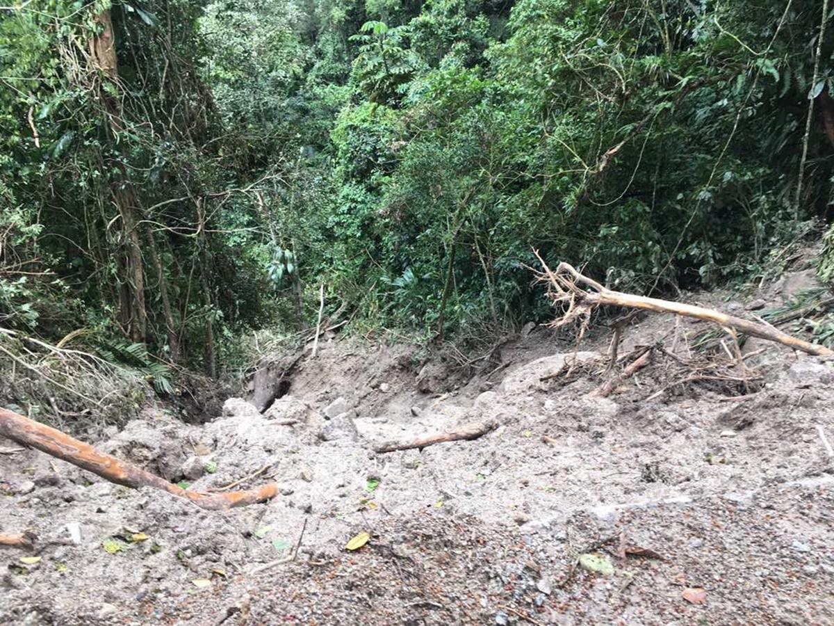 Deslizamientos de tierra en plena vía hacía Choroní  / Foto:  Vanessa Rodríguez
