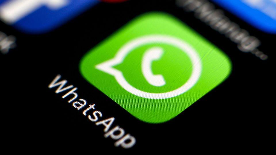 RIT04. TAIPEI (TAIWÁN), 02/05/2016.- Imagen de archivo datada el 7 de abril del 2016 del logotipo de la aplicación WhatsApp en un teléfono móvil, en Taipei, Taiwán. La Justicia brasileña volvió a ordenar a las operadoras de telefonía móvil que bloqueen los servicios de la aplicación WhatsApp, esta vez durante 72 horas, una medida que ya fue tomada el pasado diciembre cuando el programa estuvo mudo casi medio día. EFE/Ritchie B. Tongo