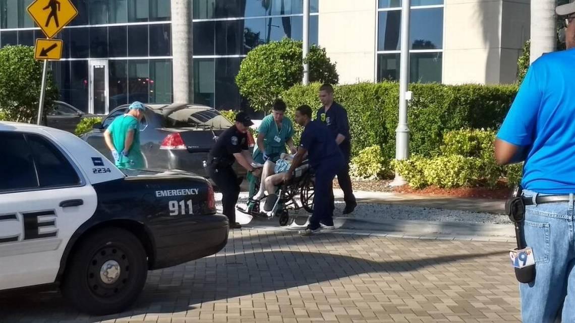 Foto: Un anciano es evacuado del Hollywood Hills Nursing Home. / Caitlin Ostroff - Miami Herald