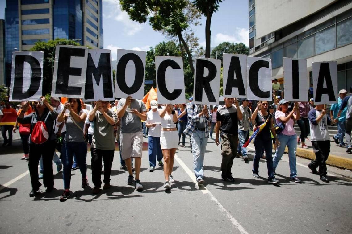 Manifestantes antigubernamentales proestan contra el gobierno del presidente venezolano Nicolás Maduro, el 12 de agosto en Caracas. Ariana Cubillos AP