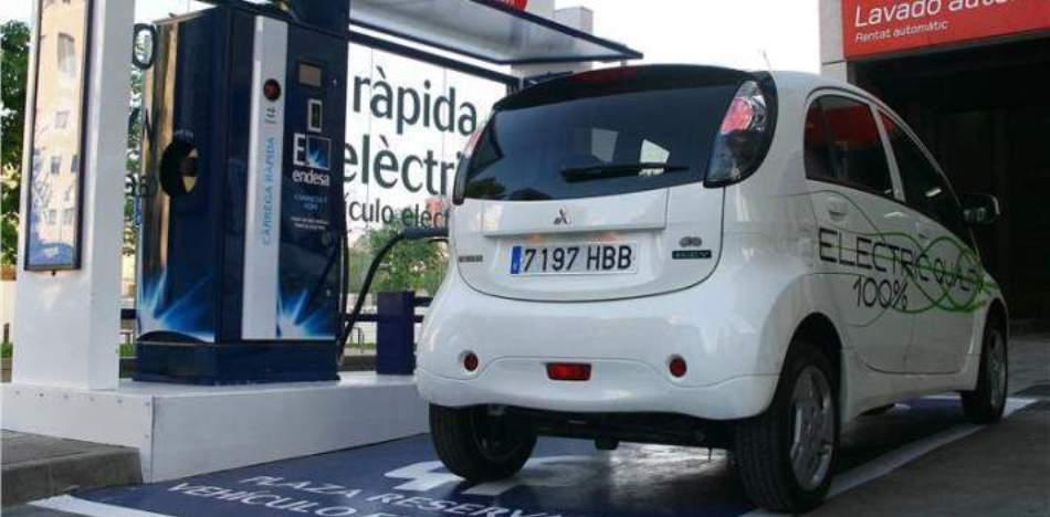 El coche híbrido, el coche eléctrico y los modernos sistemas de transporte arrinconan cada vez más el consumo de gasolina en el mundo entero. Pero aún quedan unos años en los que el combustible fósil será importante (Foto: es.panampost.com)