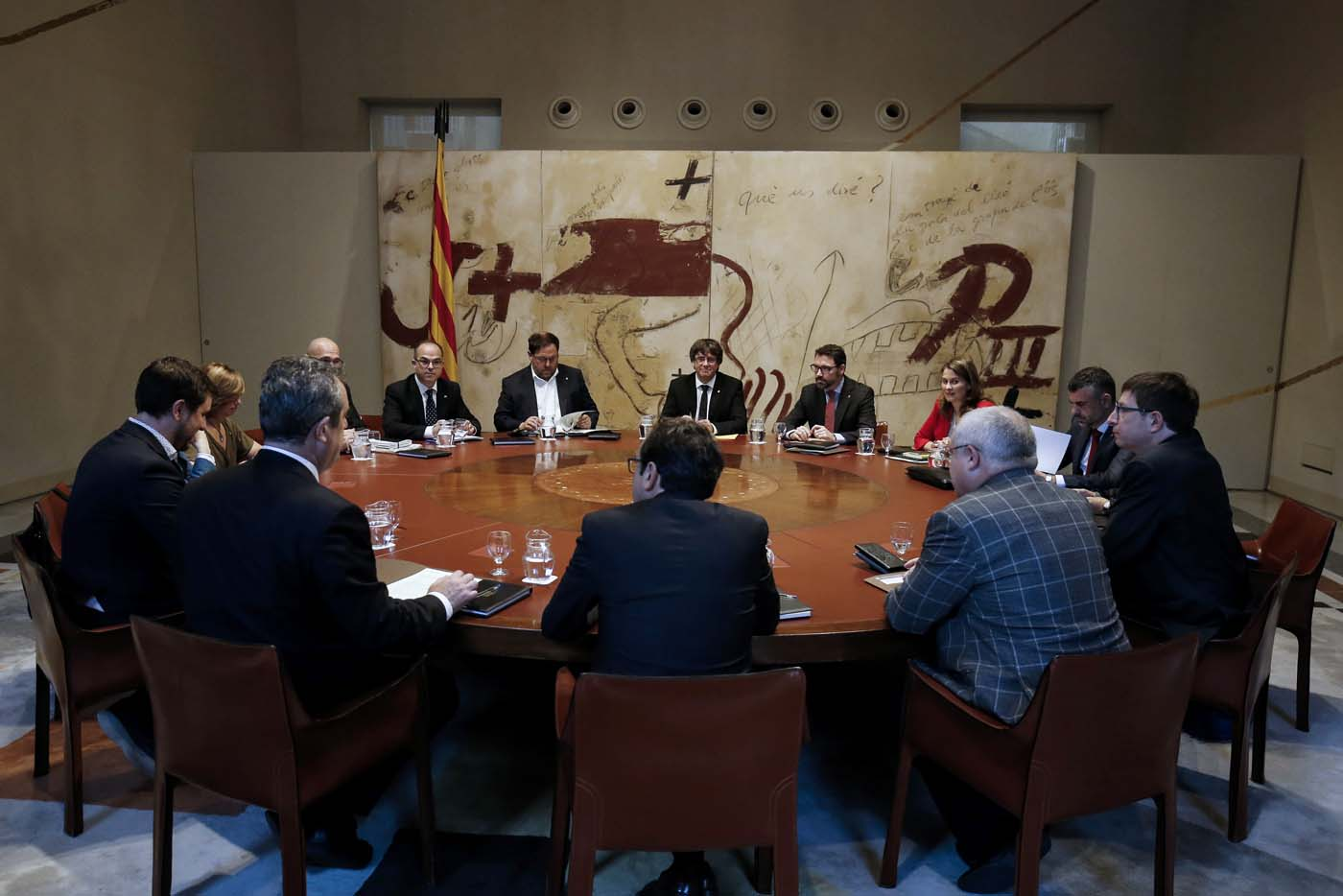 Catalan regional government president Carles Puigdemont (C) chairs a regional government meeting at the Generalitat Palace in Barcelona on October 10, 2017. Spain's worst political crisis in a generation will come to a head as Catalonia's leader could declare independence from Madrid in a move likely to send shockwaves through Europe. / AFP PHOTO / PAU BARRENA