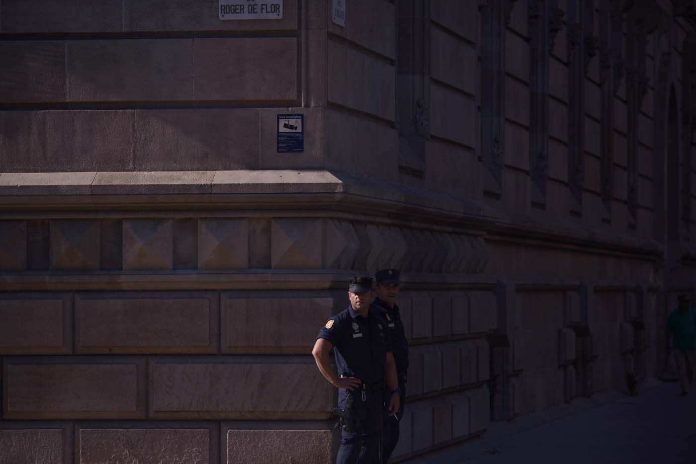 Police officers stand guard outside the High Court of Catalonia in Barcelona on October 10, 2017. Spain's worst political crisis in a generation will come to a head as Catalonia's leader could declare independence from Madrid in a move likely to send shockwaves through Europe. / AFP PHOTO / Jorge GUERRERO