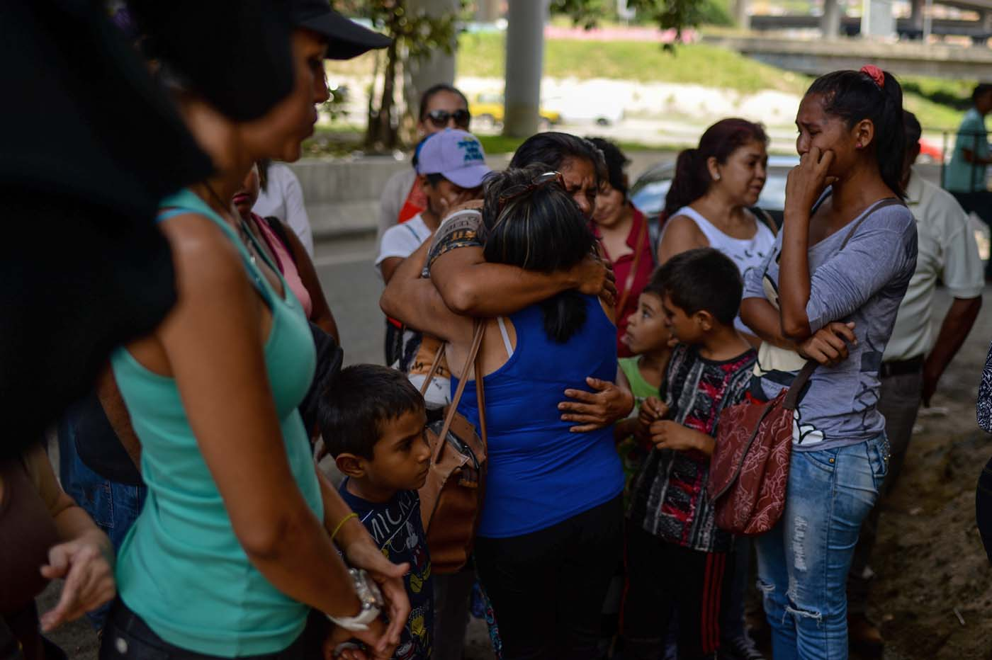 People bid farewell to relatives before boarding a bus at a station in Caracas on October 11, 2017 as scores of disappointed Venezuelans who see no end to the crisis choose to leave the country. Venezuela, which holds regional elections on October 15, is a country at the top of the Latin American continent that is in deep economic and political crisis. / AFP PHOTO / Federico PARRA