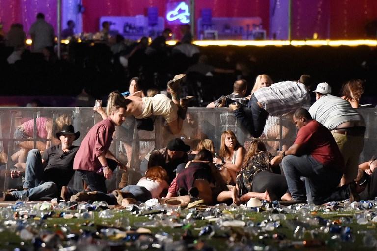 LAS VEGAS, NV - 01 de octubre: La gente lucha por el refugio en el festival de música country de la cosecha de la ruta 91 después de fuego de arma aparente fue escuchado el 1 de octubre de 2017 en Las Vegas, Nevada. Un pistolero abrió fuego en un festival de música en Las Vegas, dejando al menos 20 muertos y más de 100 heridos. La policía ha confirmado que un sospechoso ha recibido un disparo. La investigación está en curso. David Becker / Getty Images / AFP