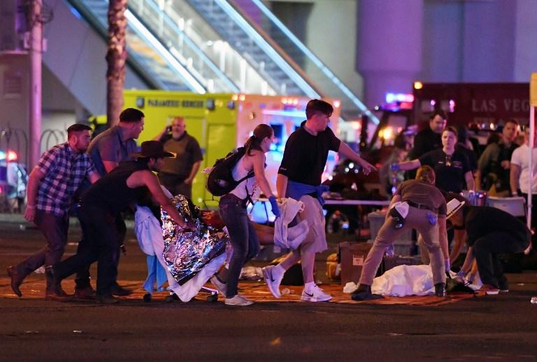LAS VEGAS, NV - 02 DE OCTUBRE: Se tiende a una persona dañada en la intersección de la avenida de Tropicana. y el bulevar de Las Vegas después de un shooting en masa en un festival de música country cerca el 2 de octubre de 2017 en Las Vegas, Nevada. Un pistolero abrió fuego en un festival de música en Las Vegas, matando a más de 20 personas. La policía ha confirmado que un sospechoso ha sido asesinado a tiros. La investigación está en curso. Ethan Miller / Getty Images / AFP