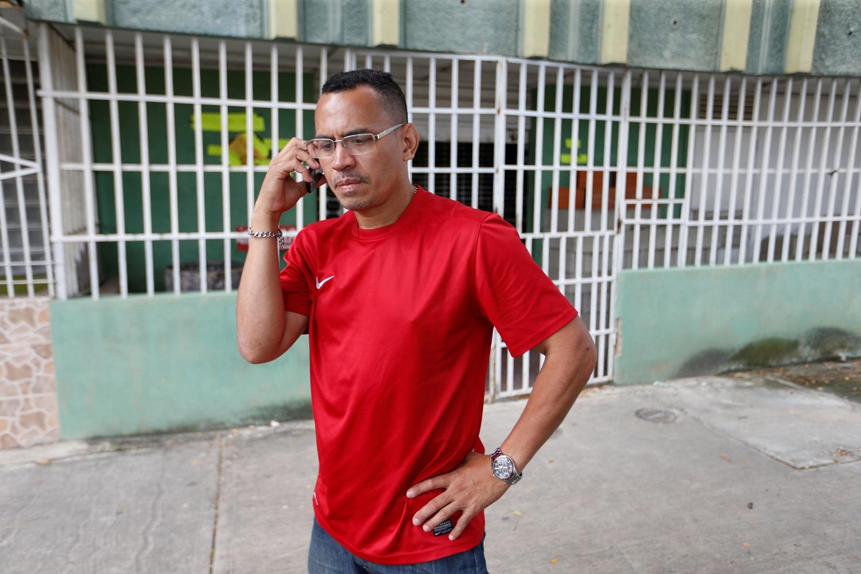 Celso Núñez habla por teléfono mientras busca materiales de construcción para vender en Valencia, Venezuela, 16 de agosto de 2017. Foto tomada el 16 de agosto de 2017. REUTERS / Andres Martínez Casares