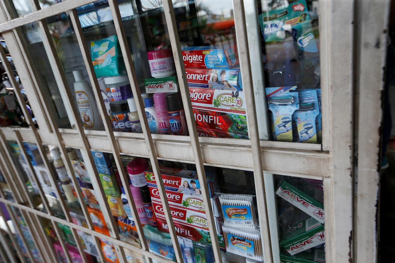 Una caja de pasta de dientes Colgate se ve entre otras cajas exhibidas en un quiosco en las afueras de Valencia, Venezuela, 16 de agosto de 2017. Foto tomada el 16 de agosto de 2017. REUTERS / Andres Martinez Casares