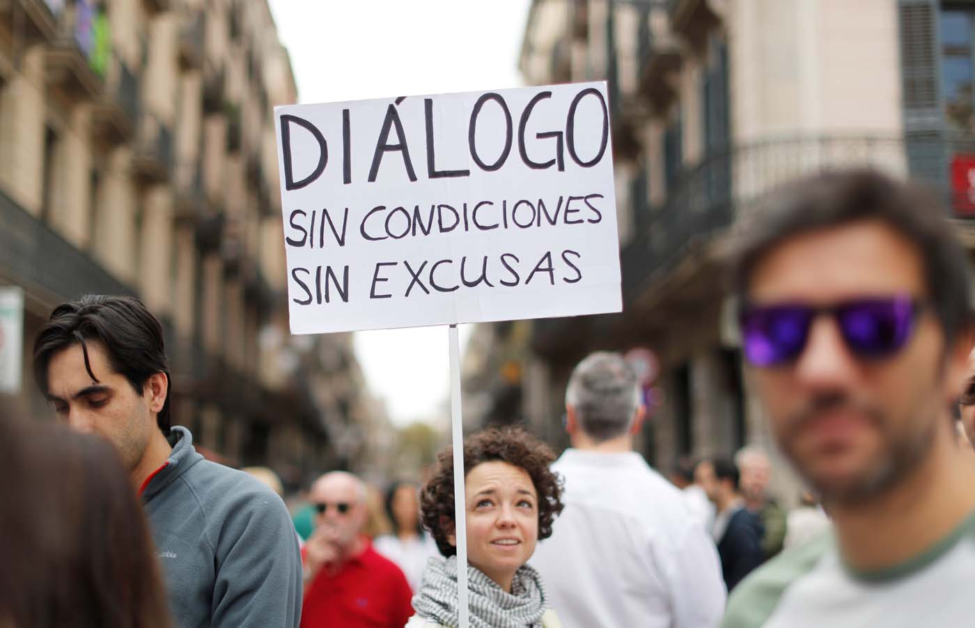A woman holds a placard during a demonstration in favour of dialogue in a square in Barcelona, Spain, October 7, 2017 REUTERS/Gonzalo Fuentes