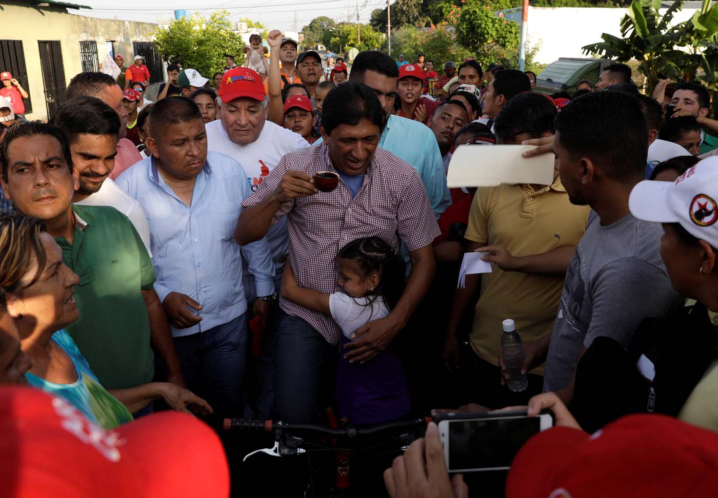 The ruling Socialist Party's candidate for Barinas state Argenis Chavez (C) is greeted by a girl while campaigning on the outskirts of Barinas, Venezuela, October 2, 2017. Picture taken on October 2, 2017. REUTERS/Ricardo Moraes