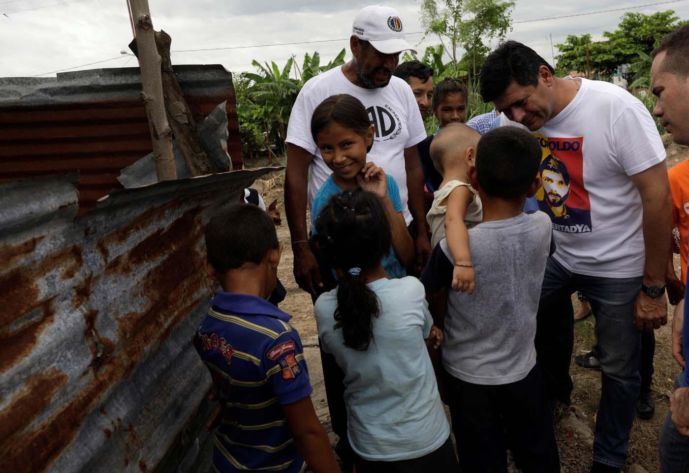 The opposition Democratic Unity coalition candidate for Barinas state Freddy Superlano (C) talks with residents of a slum while campaigning on the outskirts of Barinas, Venezuela, October 3, 2017. Picture taken on October 3, 2017. REUTERS/Ricardo Moraes