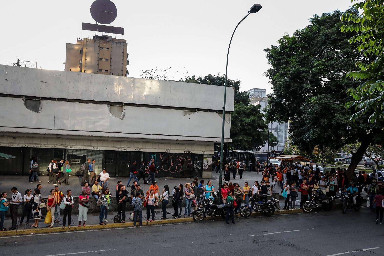 Fotografías del 10 de octubre del 2017, de decenas de personas que hacen fila para esperar un bus de transporte público en la ciudad de Caracas (Venezuela). Los altos costos de mantenimiento, la disminución de importación de repuestos, una galopante inflación y la escasez de efectivo tienen al sistema de transporte de Venezuela en jaque, mientras la población padece los efectos de esta crisis con un pasaje inestable y largos tiempos de espera para trasladarse. EFE/MIGUEL GUTIÉRREZ