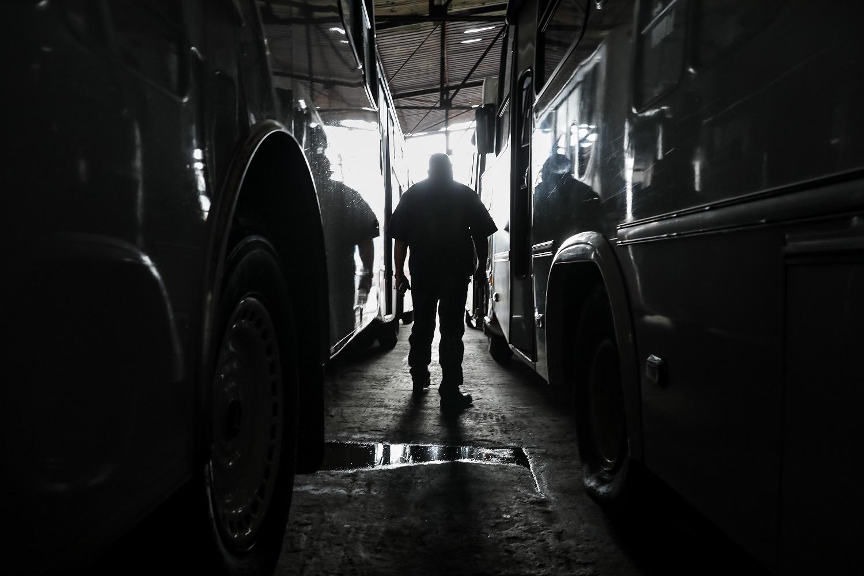 Fotografías del 10 de octubre del 2017, del encargado de un estacionamiento de búses de transporte público en la ciudad de Caracas (Venezuela). Los altos costos de mantenimiento, la disminución de importación de repuestos, una galopante inflación y la escasez de efectivo tienen al sistema de transporte de Venezuela en jaque, mientras la población padece los efectos de esta crisis con un pasaje inestable y largos tiempos de espera para trasladarse. EFE/MIGUEL GUTIÉRREZ