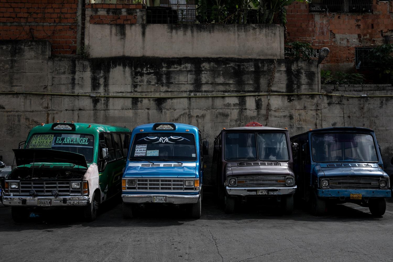 Fotografías del 10 de octubre del 2017, de búses de transporte público que no operan por falta de repuestos, en la ciudad de Caracas (Venezuela). Los altos costos de mantenimiento, la disminución de importación de repuestos, una galopante inflación y la escasez de efectivo tienen al sistema de transporte de Venezuela en jaque, mientras la población padece los efectos de esta crisis con un pasaje inestable y largos tiempos de espera para trasladarse. EFE/MIGUEL GUTIÉRREZ