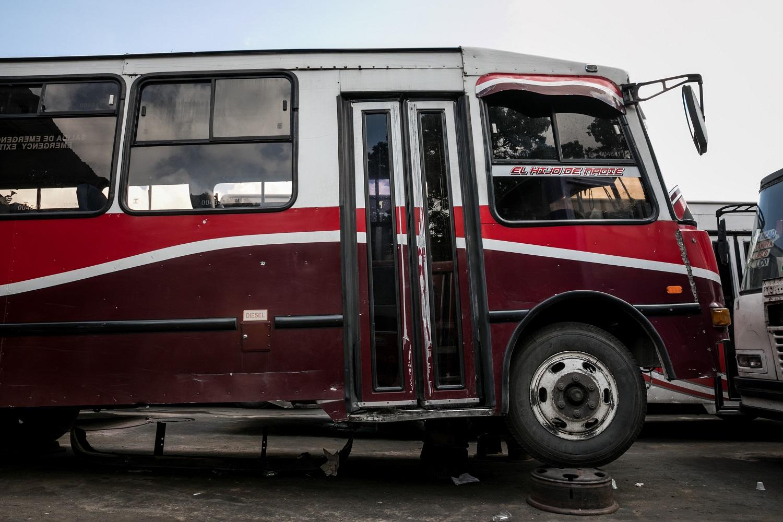 Fotografías del 10 de octubre del 2017, de un bus de transporte público que no opera por falta de repuestos, en la ciudad de Caracas (Venezuela). Los altos costos de mantenimiento, la disminución de importación de repuestos, una galopante inflación y la escasez de efectivo tienen al sistema de transporte de Venezuela en jaque, mientras la población padece los efectos de esta crisis con un pasaje inestable y largos tiempos de espera para trasladarse. EFE/MIGUEL GUTIÉRREZ