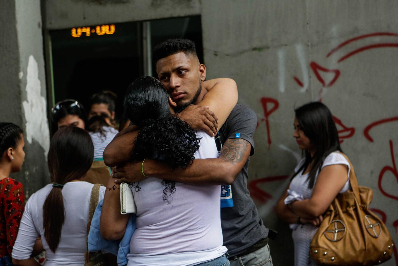 """ACOMPAÑA CRÓNICA: VENEZUELA CRISIS - CAR02. CARACAS (VENEZUELA), 05/10/2018.- Fotografía del 29 de septiembre de 2017, que muestra a un joven (c) que se despide de su familia antes de abordar un autobús en Caracas (Venezuela) rumbo a diferentes destinos suramericanos. La reducción de oferta y el alto costo de boletos aéreos internacionales han obligado a muchos venezolanos a migrar por vía terrestre a diferentes países de Suramérica en búsqueda de alimentos, salud, seguridad y un """"futuro"""", un viaje que puede tomar entre día y medio y once días, dependiendo qué tan al sur quieran llegar. EFE/Cristian Hernández"""