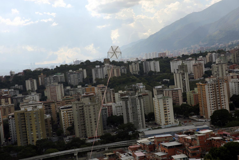 Una cometa sobrevuela casas en el barrio de Petare en Caracas, Venezuela, 29 de agosto de 2017. Foto tomada el 29 de agosto de 2017. Para coincidir con la característica VENEZUELA-NIÑOS / REUTERS / Andres Martínez Casares