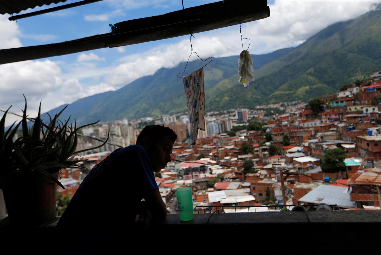 Víctor Córdova mira afuera de su casa en la favela de Petare en Caracas, Venezuela, 21 de agosto de 2017. Foto tomada el 21 de agosto de 2017. Para coincidir con la característica VENEZUELA-NIÑOS / REUTERS / Andres Martínez Casares