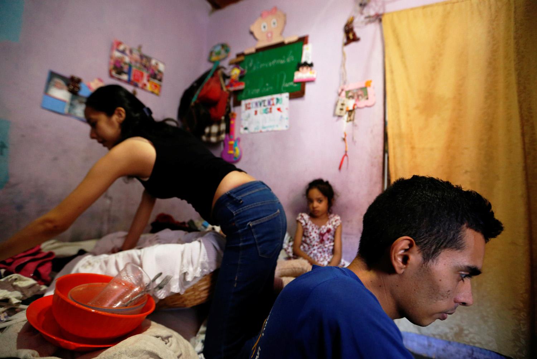 Yennifer Padrón y Victor Córdova se quedan con sus hijos en la habitación familiar de la casa que comparten en la favela de Petare en Caracas, Venezuela, el 21 de agosto de 2017. Foto tomada el 21 de agosto de 2017. Para coincidir con la característica VENEZUELA-NIÑOS / REUTERS / Andres Martinez Casares