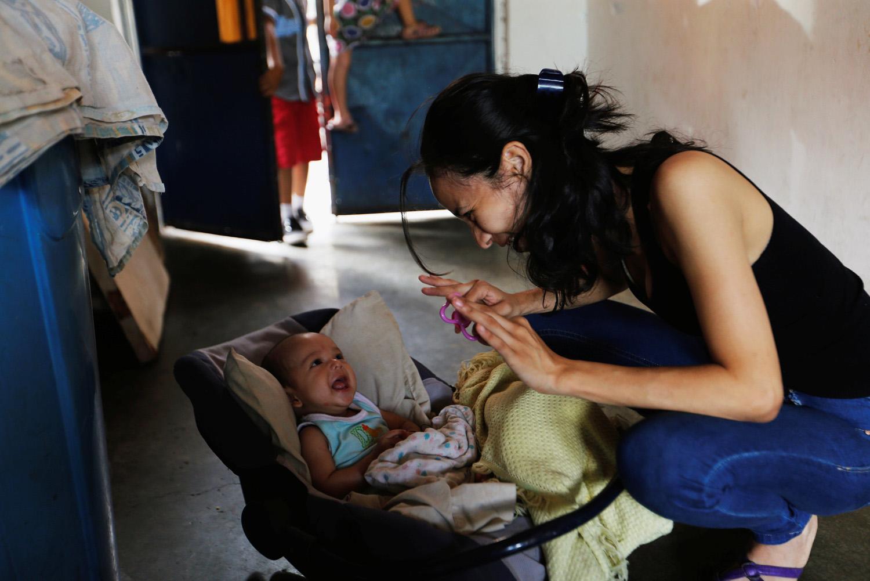 Yennifer Padrón juega con su bebé en su casa en la favela de Petare en Caracas, Venezuela, 21 de agosto de 2017. Foto tomada el 21 de agosto de 2017. Para coincidir con la característica VENEZUELA-NIÑOS / REUTERS / Andres Martínez Casares