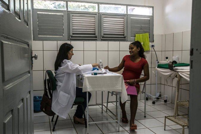 Álvarez con una paciente embarazada en un centro de salud en el municipio de Santa Rita en São Luís, estado de Maranhao, Brasil. Credit Dado Galdieri para The New York Times
