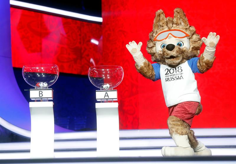 Zabivaka, mascota de la Copa del Mundo FIFA Rusia 2018, participa en el ensayo del sorteo de emparejamientos para el Mundial de fútbol 2018 en el Palacio del Kremlin, en Moscú (Rusia) hoy, 29 de noviembre de 2017. El sorteo se realizará el próximo 1 de diciembre. EFE/ Sergei Chirikov