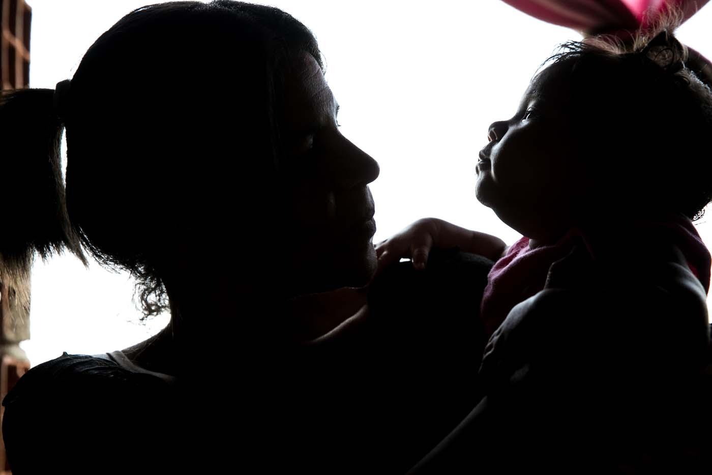 """ACOMPAÑA CRÓNICA VENEZUELA CRISIS - CAR001. LA GUAIRA (VENEZUELA) - Fotografías del 21 de septiembre del 2017 de """"Verónica"""" (nombre que prefirió usar para proteger su identidad) quien padece de Malaria, acompañada de su hija """"Ana"""" que padece de ceguera parcial secuela de la enfermedad de la madre en la ciudad de La Guaira (Venezuela). El repunte de al menos tres enfermedades infecciosas y víricas en Venezuela ha dejado ver el debilitamiento de su sistema sanitario, y especialistas aseguran que la fuerte presencia de difteria, malaria y sarampión, se debe, entre otras cosas, a la poca vigilancia y a la falta de medidas preventivas. EFE/MIGUEL GUTIÉRREZ"""