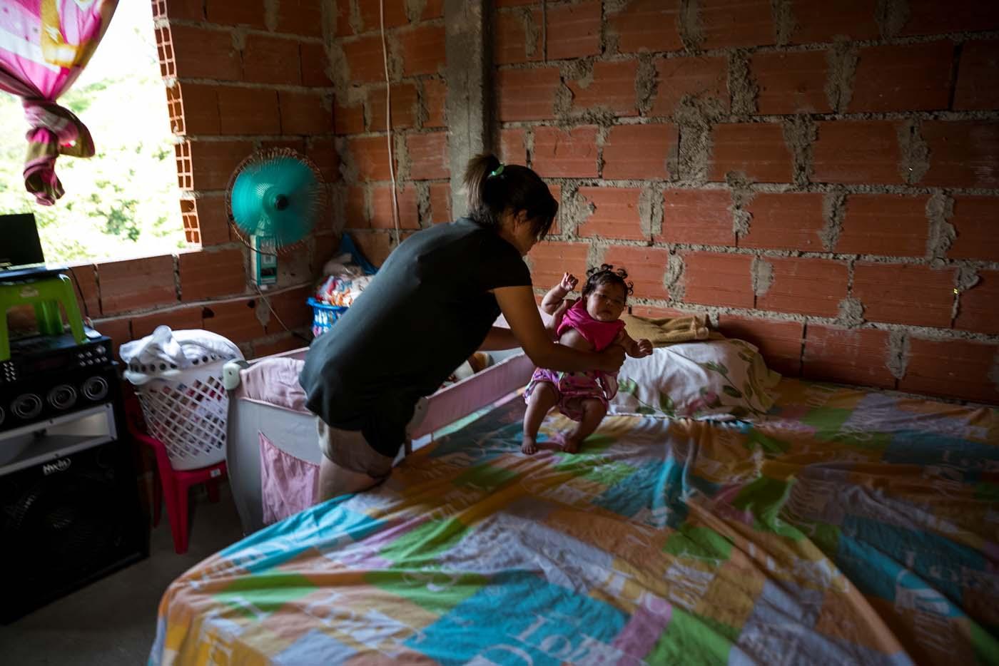 """ACOMPAÑA CRÓNICA VENEZUELA CRISIS - CAR14. LA GUAIRA (VENEZUELA) - Fotografías del 21 de septiembre del 2017 de """"Verónica"""" (nombre que prefirió usar para proteger su identidad) quien padece de Malaria, acompañada de su hija """"Ana"""" que padece de ceguera parcial secuela de la enfermedad de la madre en la ciudad de La Guaira (Venezuela). El repunte de al menos tres enfermedades infecciosas y víricas en Venezuela ha dejado ver el debilitamiento de su sistema sanitario, y especialistas aseguran que la fuerte presencia de difteria, malaria y sarampión, se debe, entre otras cosas, a la poca vigilancia y a la falta de medidas preventivas. EFE/MIGUEL GUTIÉRREZ"""