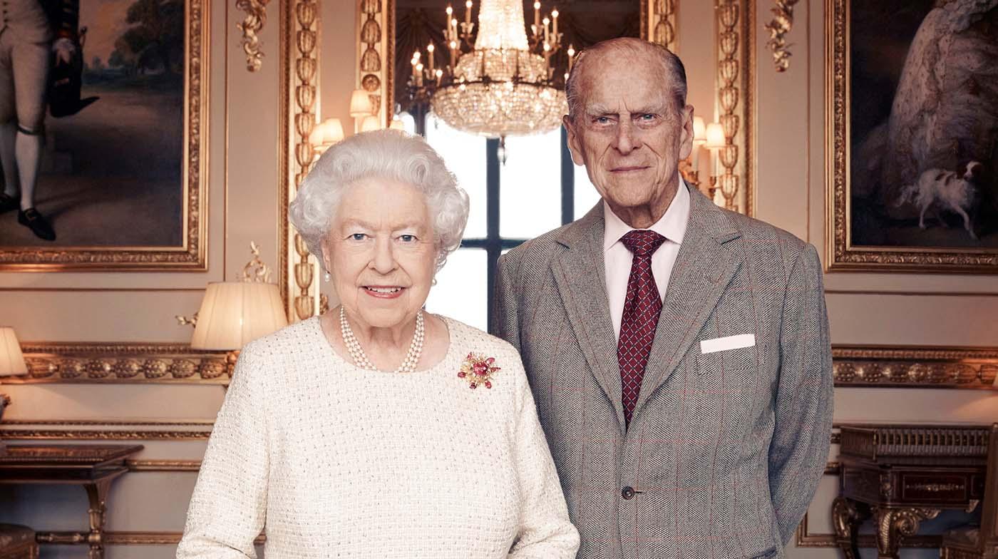 Foto impresa emitida el 18 de noviembre de 2017 por Camera Press de la reina Isabel II y el príncipe Felipe, Duque de Edimburgo, tomada en el White Drawing Room en el Castillo de Windsor a principios de noviembre, en celebración de su aniversario de bodas platino el 20 de noviembre. Matt Holyoak / CameraPress