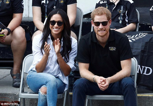 46BBA6E200000578-5134447-Game_set_and_matched_Meghan_Markle_wore_a_white_top_and_jeans_to-a-2_1512089392676