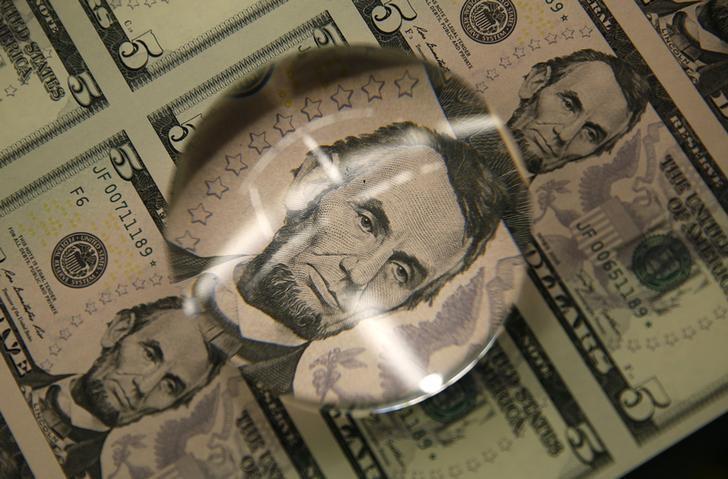 Billetes de 5 dólares en una revisión en la Casa de la Moneda de Estados Unidos en Washington, mar 26, 2015. REUTERS/Gary Cameron