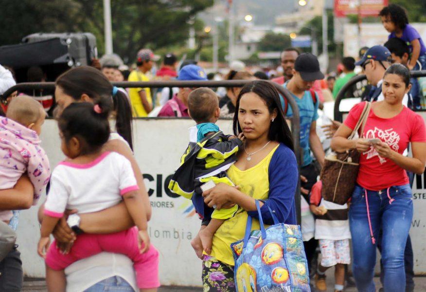 CUC107. CÚCUTA (COLOMBIA), 08/02/2018.- Fotografía fechada el 7 de febrero de 2018 de personas que cruzan el Puente Internacional Simón Bolívar, en Cúcuta (Colombia). En el puente internacional Simón Bolívar, que conecta a la ciudad colombiana de Cúcuta con la venezolana San Antonio del Táchira, se forma todos los días un hormiguero de gente que huye desesperada del país vecino para buscar la subsistencia al otro lado de la frontera. EFE/SCHNEYDER MENDOZA
