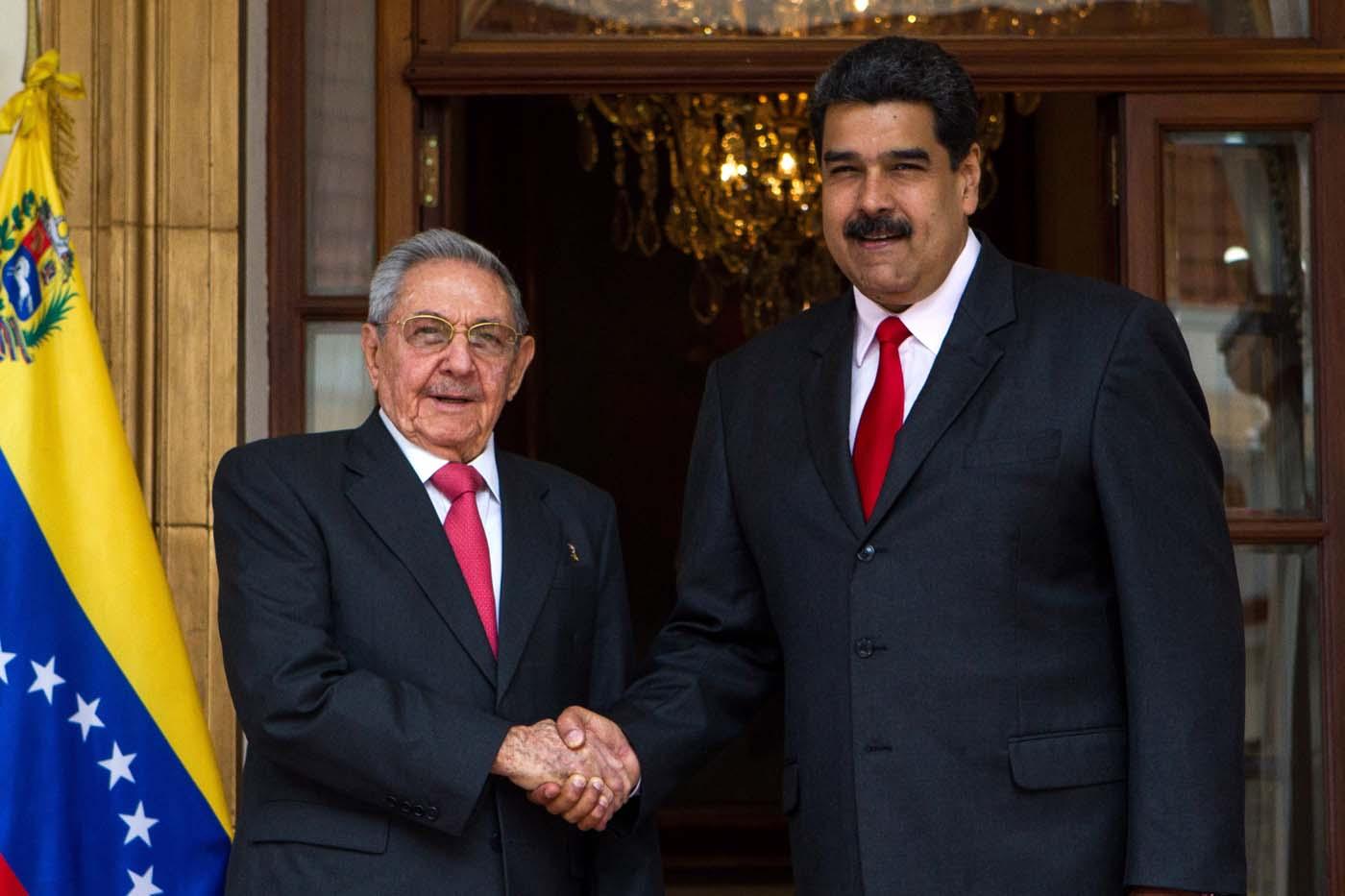 """El presidente venezolano, Nicolás Maduro (d), recibe al presidente cubano, Raul Castro Ruz (i), hoy, lunes 5 de marzo de 2018, en el palacio de Miraflores, en Caracas (Venezuela). Durante esta reunión se abordarán temas como las elecciones presidenciales y de consejos legislativos del próximo 20 de mayo en Venezuela -en las que no participará la principal alianza opositora- y, según señalan medios estatales, esta cumbre también servirá para """"recordar el legado"""" de Chávez en el marco del quinto aniversario de su muerte. EFE/CRISTIAN HERNANDEZ"""