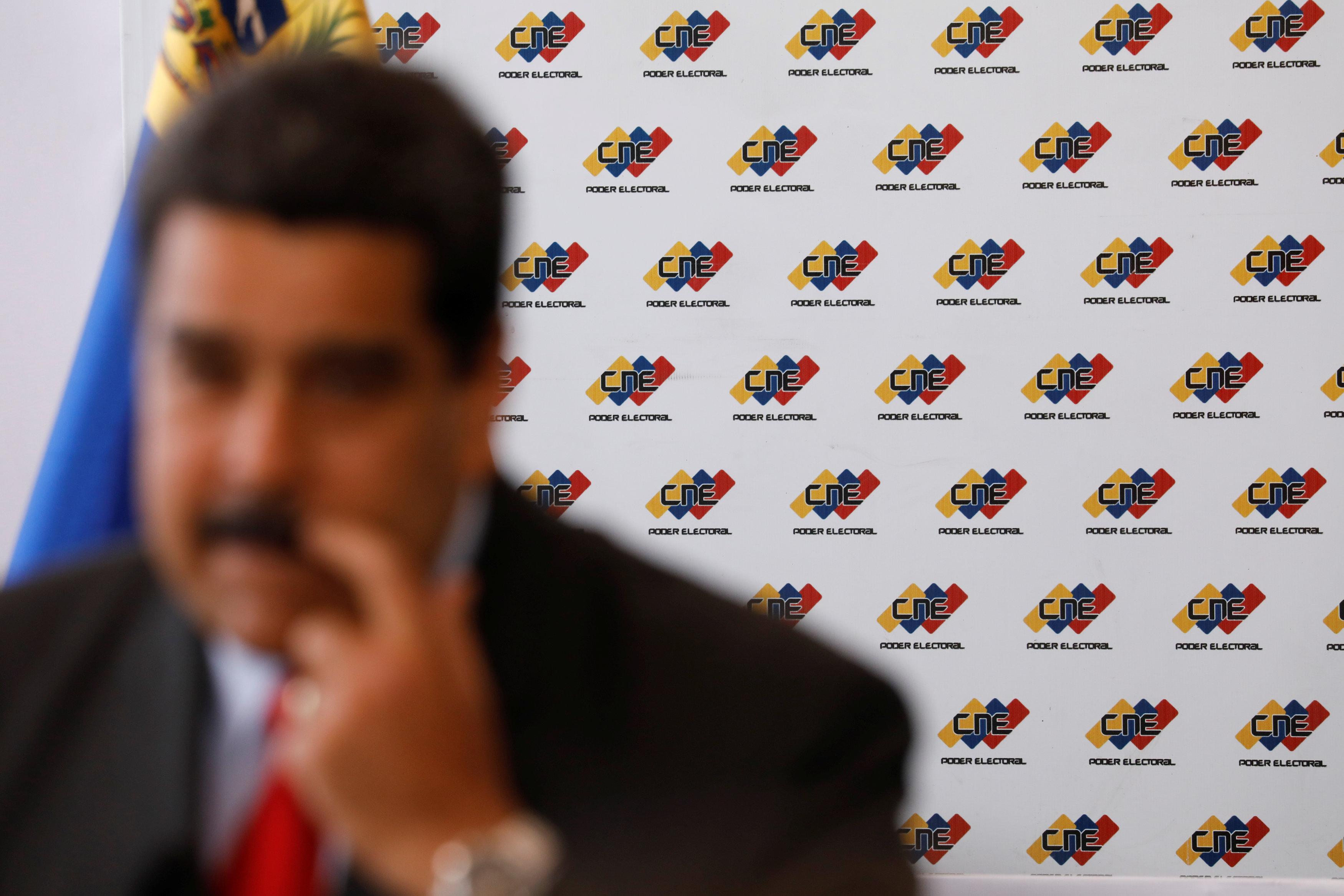 Un borroso Maduro con el CNE a sus espaldas: REUTERS/Marco Bello