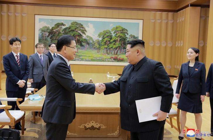 El líder norcoreano, Kim Jong Un (derecha), estrecha la mano de un miembro de una delegación especial del presidente de Corea del Sur en esta foto publicada por la Agencia Central de Noticias de Corea del Norte (KCNA) el 6 de marzo del 2018. Reuters