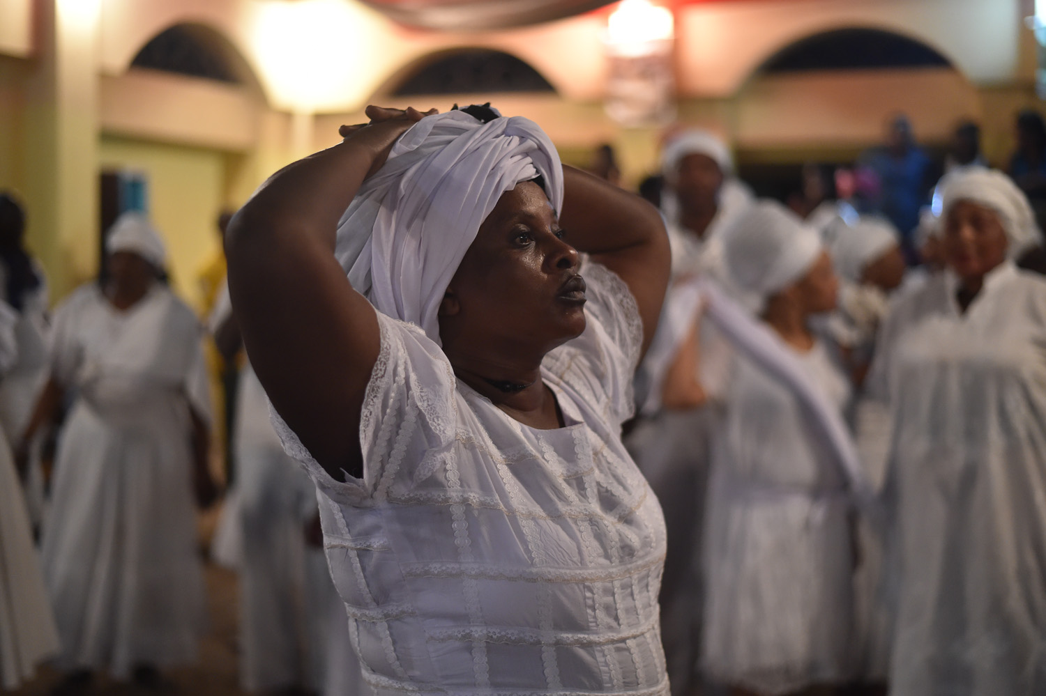 Haitian voodoo followers wearing white clothes participate in a voodoo ceremony in Souvenance, a suburb of Gonaives, 171km north of Port-au-Prince, on March 31, 2018. Haitian voodoo followers arrived in Souvenance to take part in the voodoo ceremonies held during Easter weekend. / AFP PHOTO / Hector RETAMAL