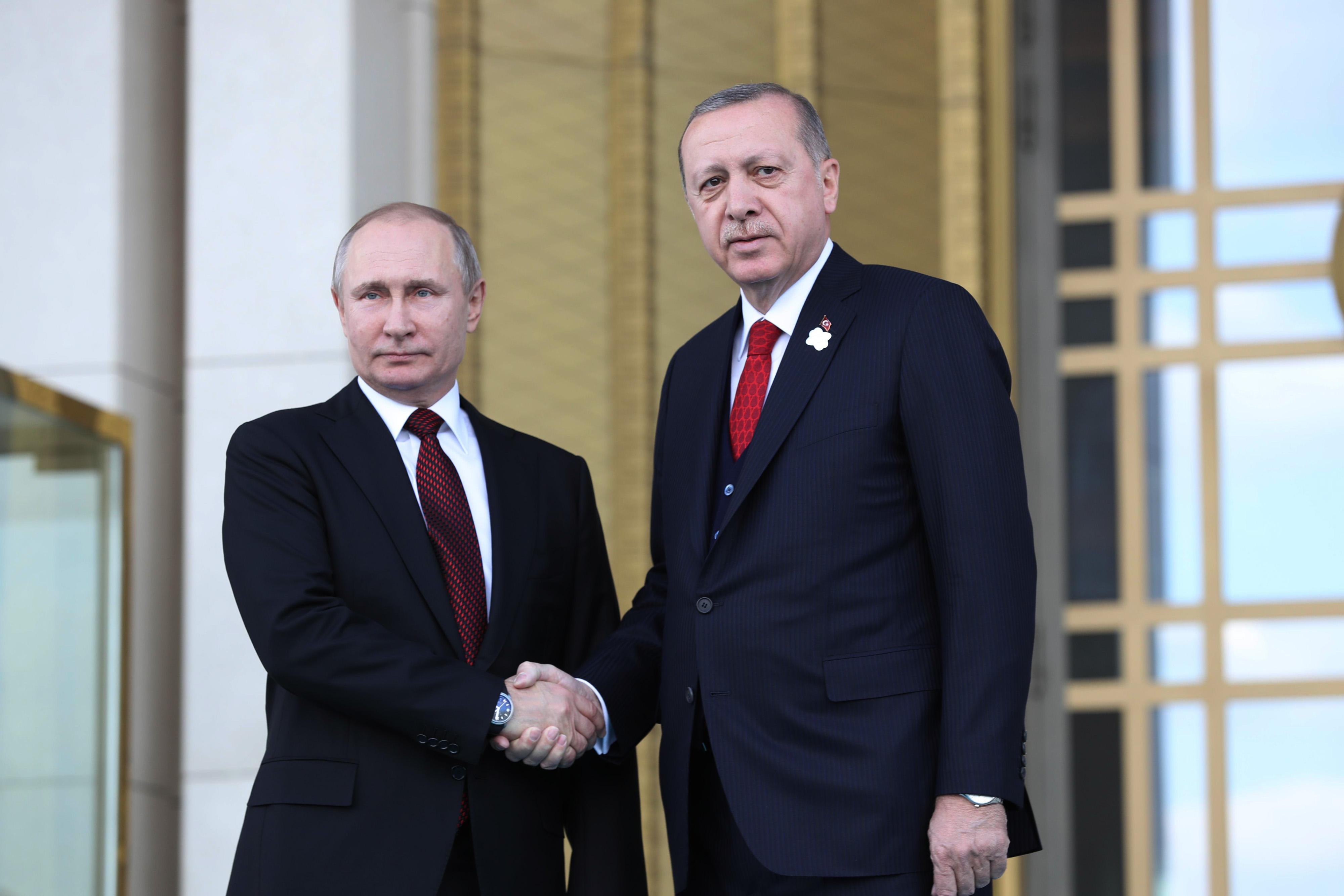 El presidente turco, Tayyip Erdogan, estrecha la mano de su homólogo ruso, Vladimir Putin, durante una ceremonia de bienvenida en el Palacio Presidencial de Ankara el 3 de abril de 2018. / AFP PHOTO / ADEM ALTAN
